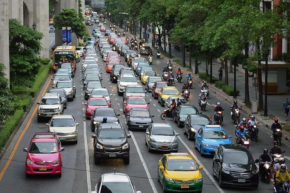 Många bilar i trafiken resulterar i långsammare hastighet. Detsamma gäller mobilabonnemang och mobilnät.