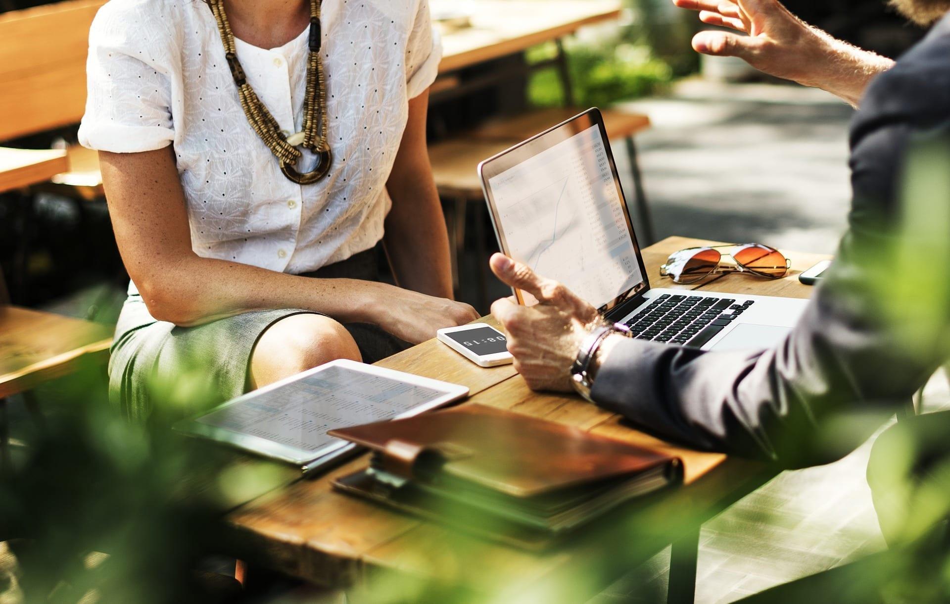 Möte företag utom med mobil och dator