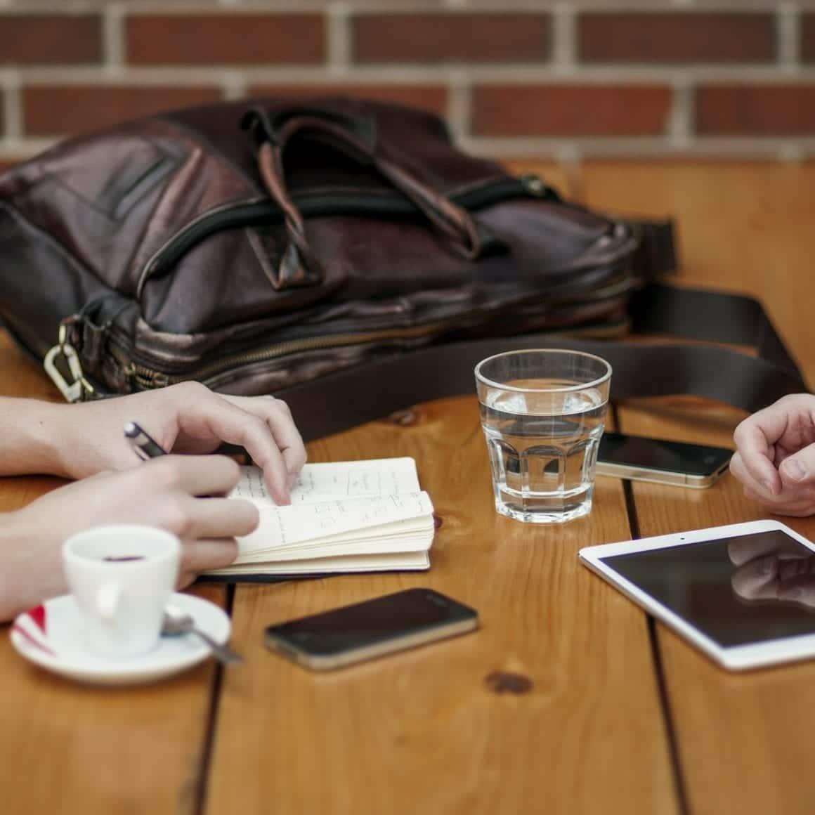 Ipad med företagsabonnemang på bord vid möte.