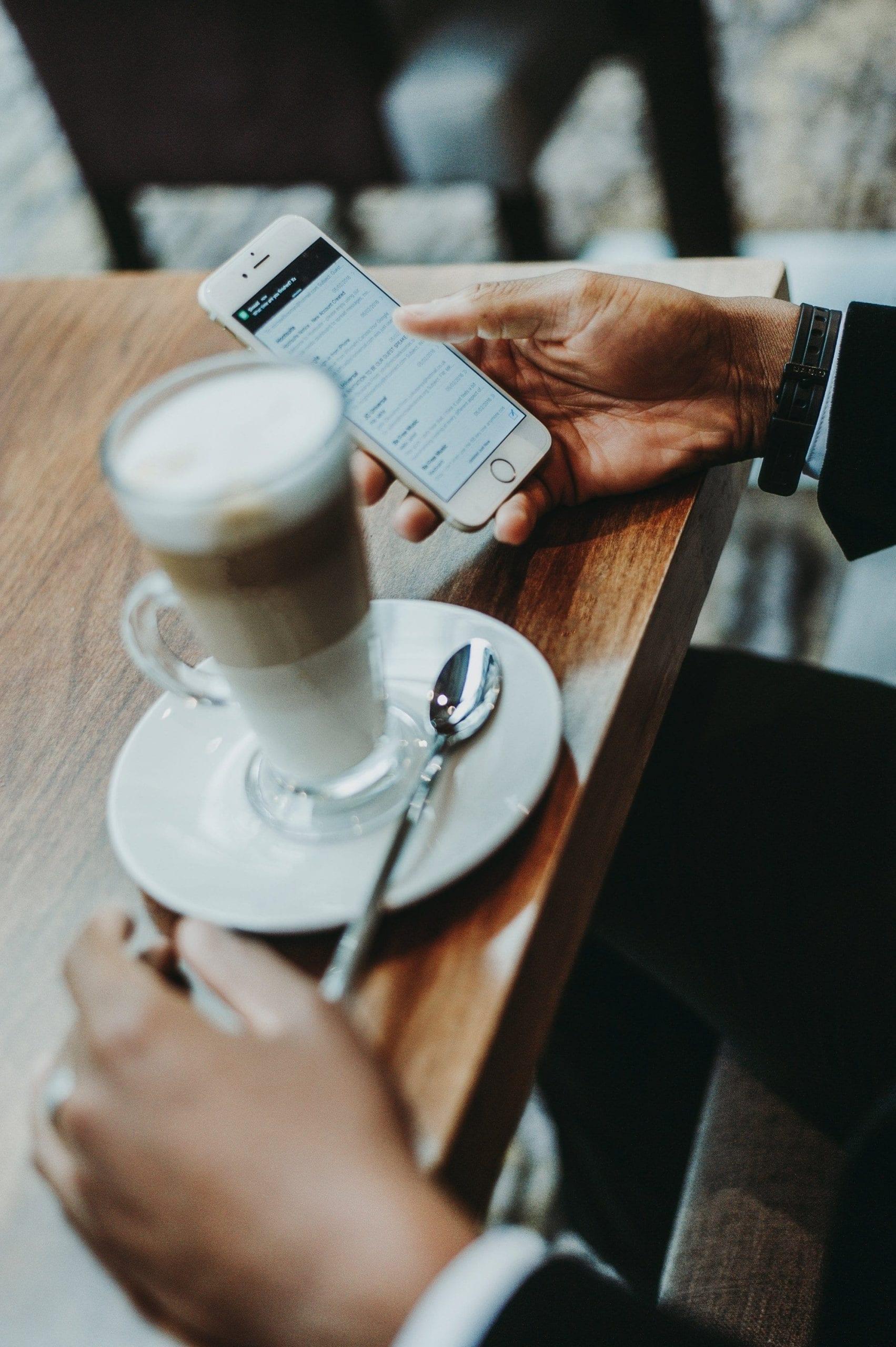 Telefonabonnemang med en kaffe